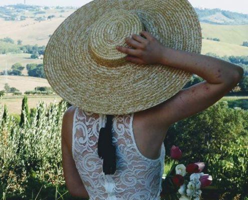 abito-bianco-cappelllo-paglia